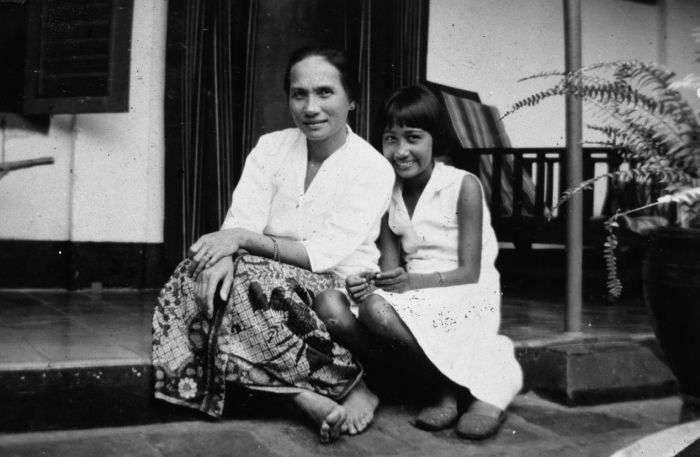 An old photograph of 'Indo' girls (mixed European and Indonesian) in Batavia