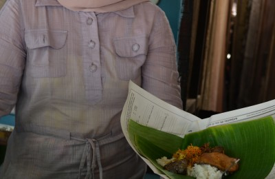 Offering a bungkus of nasi krawu