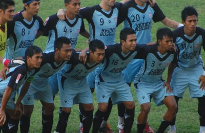PSM-lining-up-before-a-game-in-Malang-in-20131-585x585
