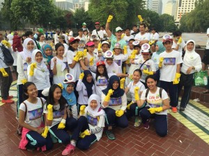 Students of Labschool Cibubur with CUJD Ambassador Mike Lewis cleaning up at Gelora Bung Karno