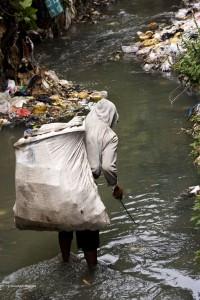 A trash picker (pemulung) in Jakarta by Danun Mahendra