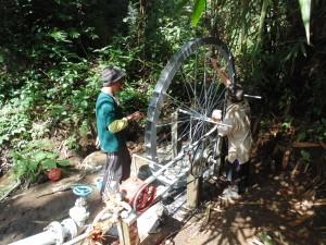 7.Proses pengaecatan kincir air oleh warga
