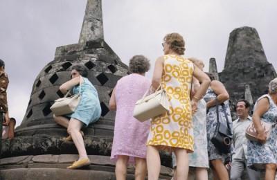 COLLECTIE_TROPENMUSEUM_Toeristen_bij_de_stupa's_op_de_Borobudur_TMnr_20027037