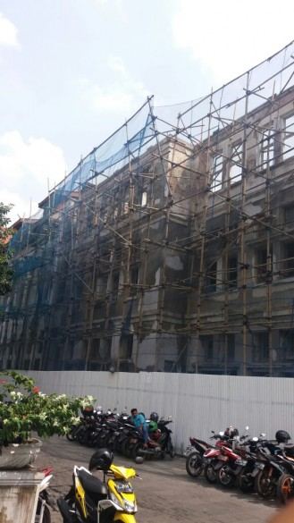 Renovation works taking place on the facade of the Tjipta Niaga building in Kota Tua