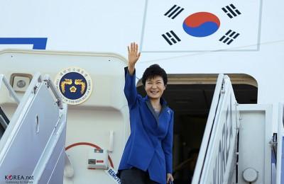 KOCIS_Korea_President_Park_Visiting_Indonesia_01_(10134770203)-3
