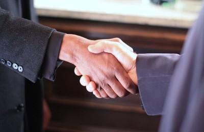 800px-Black_&_White_Handshake_-_Still_from_the_film_Colour_Blind_(2009)