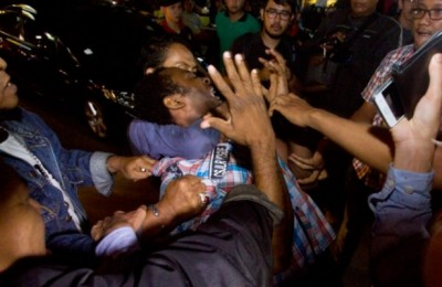 A-Nigerian-may-is-forcibly-detained-in-an-immigration-raid-in-Jakarta.-Photo-courtesy-of-Antara-735x400