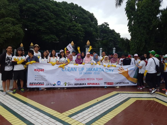 Volunteers from Mahaka Media in Gelora Bung Karno