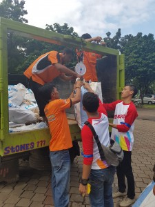 Volunteers weighing their recycable litter on the dinas kebersihan truck