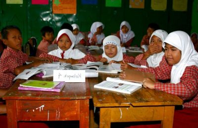 indonesia-six-grade-kids-girls-students-turn-interactive-725x467