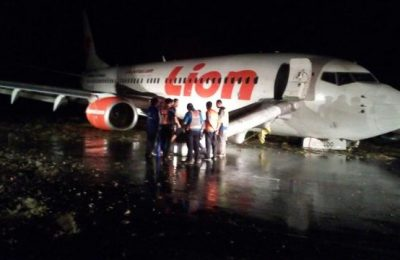 Passengers exiting the Lion Air plane