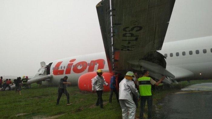 Lion Air Plane Skids off Runway at Pontianak Airport