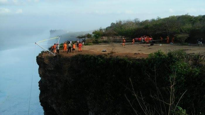 a-tourist-lost-after-fell-off-from-cliff